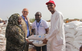 An IDP woman receiving seeds and fertilizers from FAO in Maiduguri, Borno State, Nigeria.